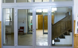 Drzwi do lokali usługowych